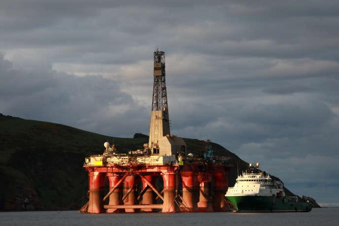 Des militants de Greenpeace sur la plate-forme de BP prévue pour le site de Vorlich, le 10 juin.