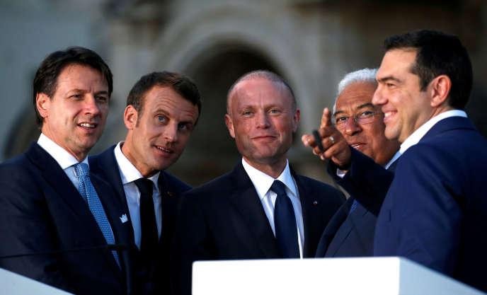 Emmanuel Macron entouré à gauche de Giuseppe Conte et à droite de Joseph Muscat, d'Antonio Costa et d'Alexis Tsipras à LaValette, vendredi14juin.