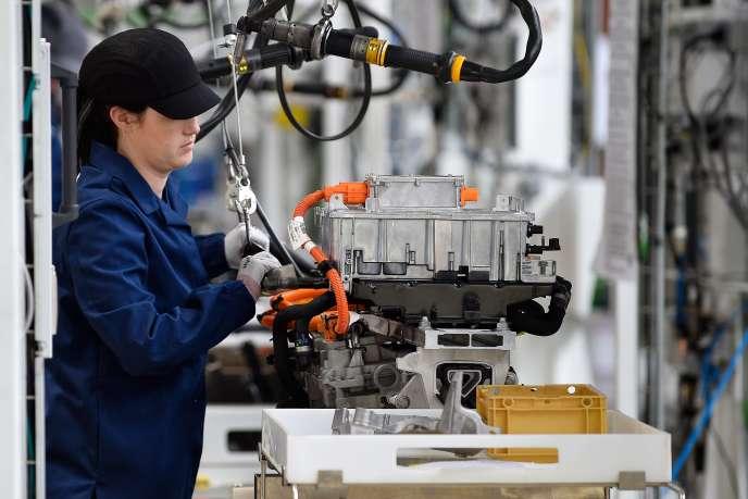 Une employée sur une ligne d'assemblage de moteurs électriques PSA, à Trémery (Moselle), le 14 juin.