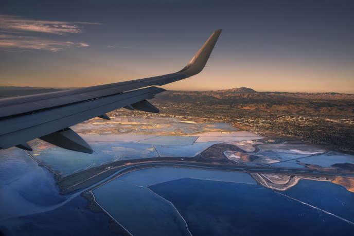 «La dernière enquête de la DGAC révèle que 26% des passagers aériens sont des inactifs (étudiants, retraités, sans emploi) et que 24% appartiennent à la catégorie des CSP– (ouvriers et employés).» (Photo : approche de San Francisco par le sud.)