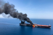 Un tanker en feu après une attaque, en mer d'Oman, le 13 juin.