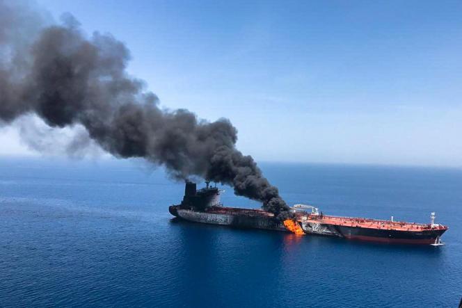 Un tanker en feu après une attaque, en mer d'Oman, le 13 juin.
