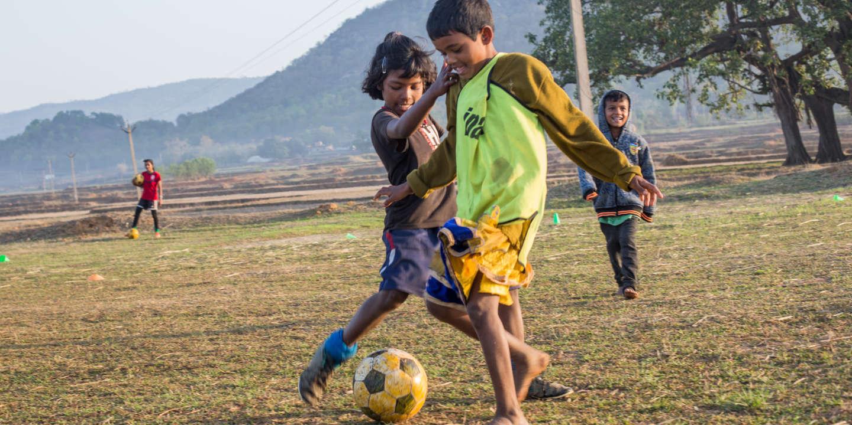 GAGARI, India: Les jeunes joueuses de Rinky jouent un petit match d'entraînement sur le terrain asséché du village de Gagari. Toutes les petites filles présentes à l'entraînement ne sont pas nécessairement élèves à la Yuwa School. Un des rôles de Rinky est de les encourager à aller à l'école, gouvernementale ou non, le 29 mars 2019.