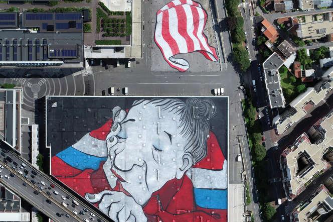 Vue aérienne de la fresque réalisée par le duo Ella & Pitrsur les toits d'un pavillon du Parc des expositions de la porte de Versailles.