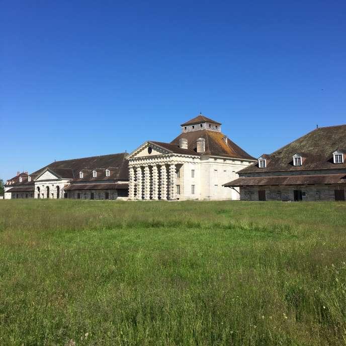 La maison du directeur de la saline de Chaux (son nom à l'époque), entourée des deux «bernes», les grands bâtiments où l'eau saumâtre était chauffée afin d'en récupérer le sel.
