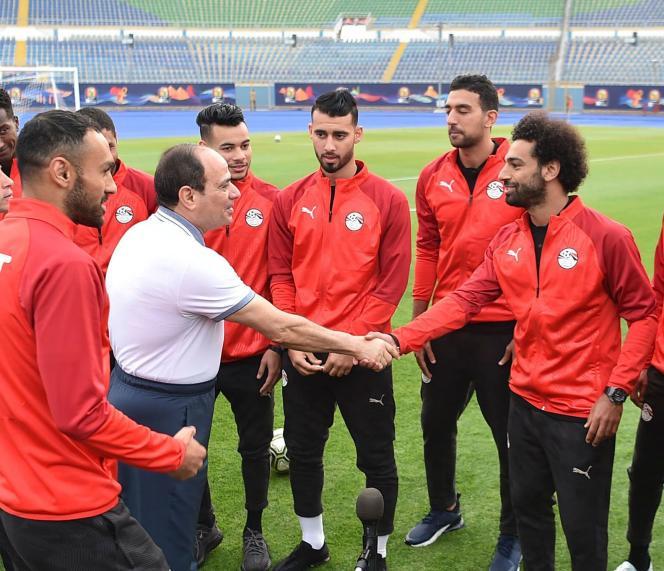 Le président Abdel Fattah Al-Sissi rencontre l'équipe nationale de football égyptienne, le 15 juin au Caire.