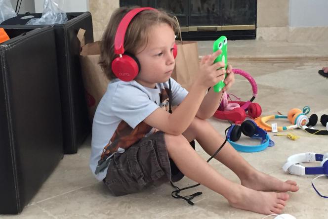 Evan, 4 ans, réfléchissant aux implications métaphoriques de l'utilisation d'un casque audio filaire.