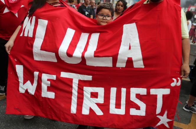 Une bannière faisant référence à l'ancien président Lula brandie par des manifestants de Sao Paulo, le 14 juin.