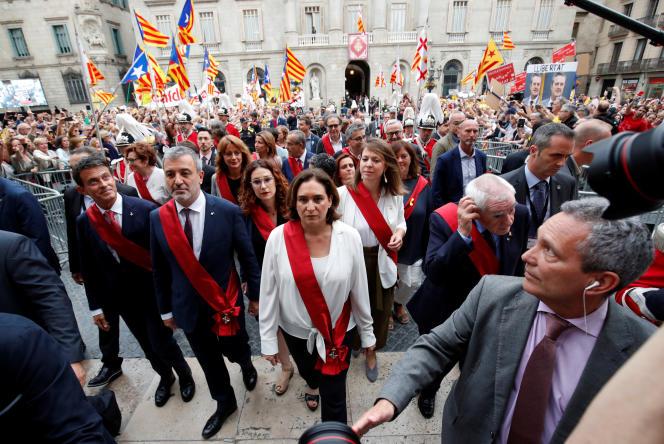 La maire de Barcelone, Ada Colau, après son investiture, aux côtés des conseillers municipaux Jaume Collboni (premier à sa gauche, Parti socialiste de Catalogne), Ernest Maragall (à sa droite, Gauche républicaine de Catalogne) et Manuel Valls, square Sant Jaume à Barcelona, le 15 juin 2019.