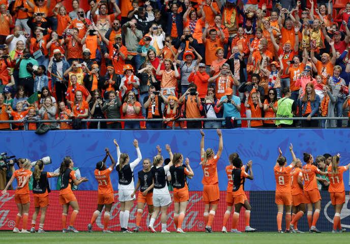 Les Néerlandaises célèbrent leur victoire (3-1) face au Cameroun en phase de poule de la Coupe du monde féminine de football, au stade duHainaut de Valenciennes, le 15juin2019.
