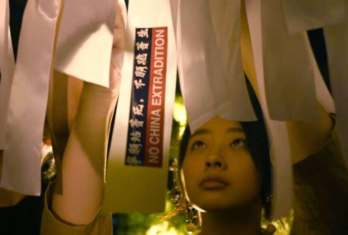 Le 14 juin, un étudiant attache un ruban blanc lors d'un rassemblement pour soutenir les manifestations en cours à HongKong contre une proposition de loi sur l'extradition présentée à la National Taiwan University de Taipei.