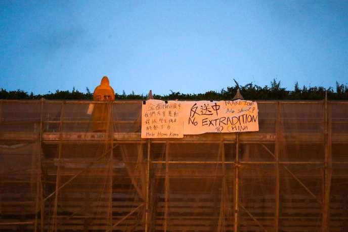 Un manifestant a accroché sur un immeuble une bannière rejetant toute extradition vers la Chine, le 15 juin.