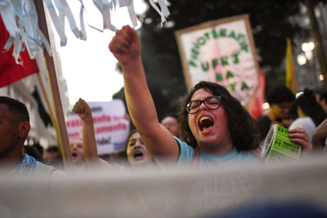 Une manifestante à Rio de Janeiro, le 14 juin.