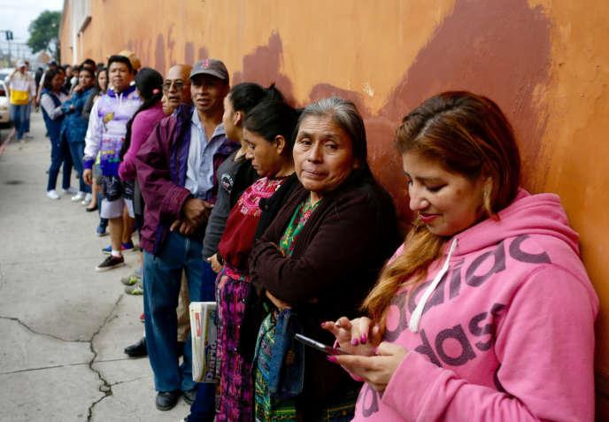 Une queue devant un bureau de vote, dimanche 16 juin.