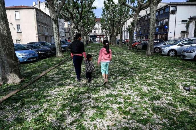 Dans une rue de Romans-sur-Isère (Drôme), après les violents orages, dimanche 16 juin 2019.
