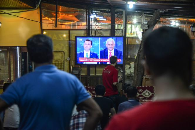 Un salon de thé de Diyarbakir diffuse le débat télévisé du 16 juin 2019 entre Ekrem Imamoglu et Binali Yildirim.