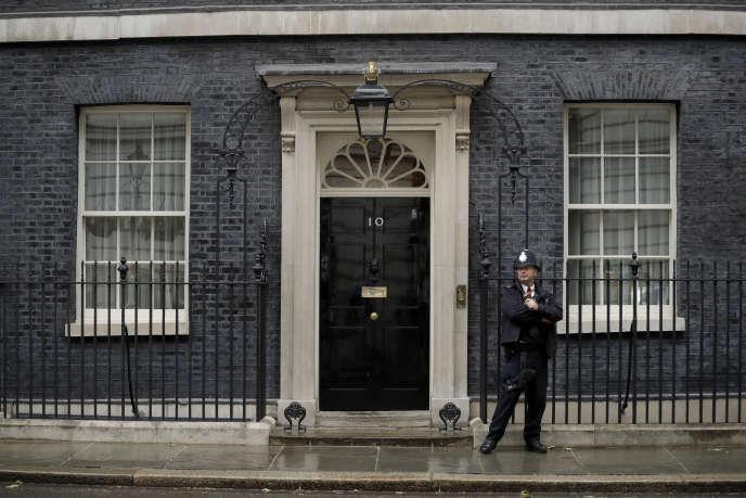 vendredi 7 juin, un policier devant la porte de la résidence officielle du Premier ministre britannique, 10 Downing Street, à Londres. Les législateurs sont sur le point de réduire le nombre de candidats au leadership des partis conservateur et Premier ministre lors d'une série de votes à compter du lundi 17 juin 2019, les deux derniers noms étant soumis au vote des membres du parti conservateur à l'échelle nationale . Les six candidats au poste de Premier ministre, Theresa May, sont: Michael Gove, Jeremy Hunt, Sajid Javid, Boris Johnson, Dominic Raab et Rory Stewart.
