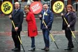 Campagne pour les élections au Parlement européen durant laquelle Alyn Smith porte un panneau « Stop Brexit», le 18 mai.