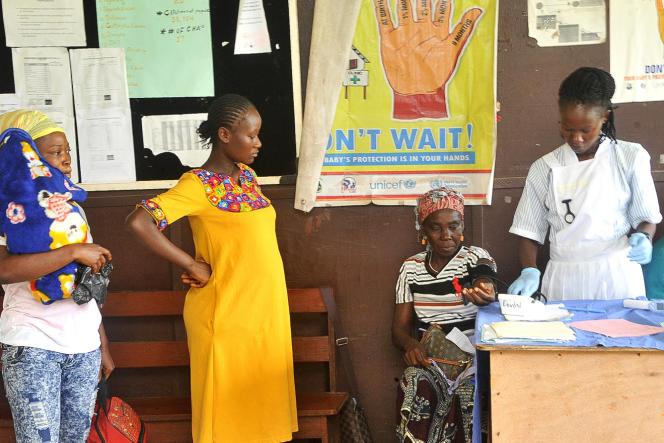 Le 27 mai 2019, à la maternité de l'hôpital Phebe, à Bong Town, dans le centre du Liberia, les soignants accueillent au mieux les futures mamans, malgré le manque de médicaments et les coupures d'électricité.