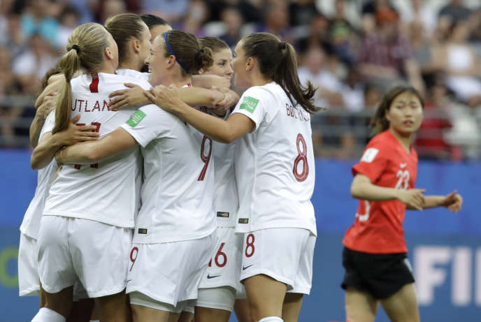 La Norvégienne Caroline Graham Hansen, félicitée par ses coéquipières, célèbre son but contre la Corée du Sud, lundi 17 juin, à Reims.
