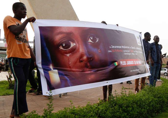 Cérémonie commémorative en l'honneur des enfants tués lors d'une attaque contre le village dogon de Sobane Da, au Monument de la paix à Bamako (Mali), le 15juin2019.