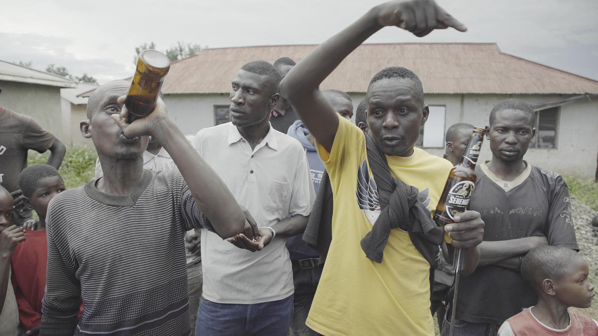 Le chef de bande se donne du courage en buvant du konyagi, un alcool populaire d'Afrique de l'Est. Le 23 mai 2019.