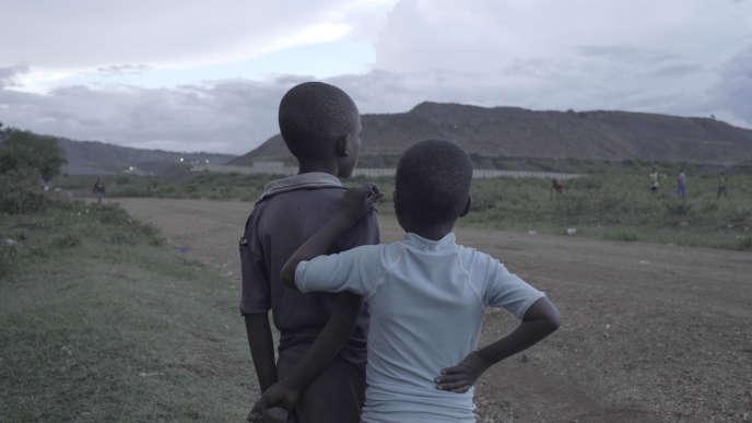 De jeunes villageois autour le la mine de Mara-Nord, en Tanzanie, en mai.