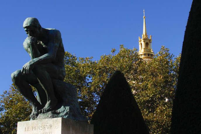 « Le Penseur» de Rodin dans le jardin du Musée Rodin, à Paris.