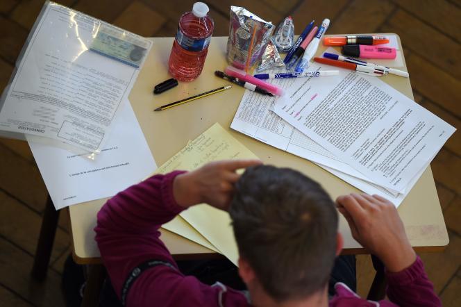 Pendant les épreuves du baccalauréat à Paris, le 17 juin.