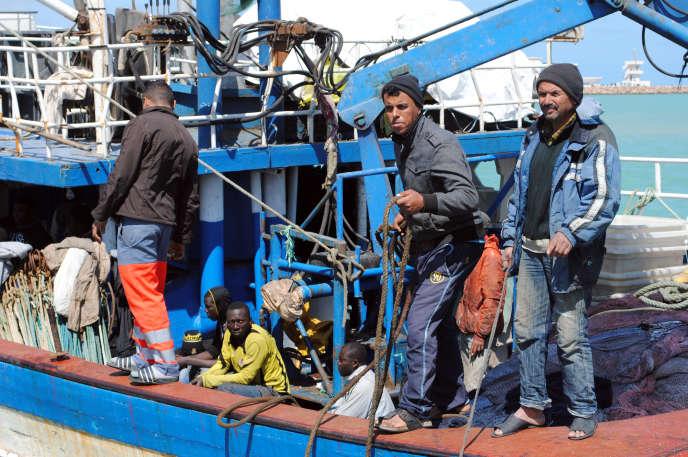 Le 21 mai 2019, dans le port de Zarzis, voisin de la Libye, des pêcheurs ramènent des migrants secourus durant leur pêche.