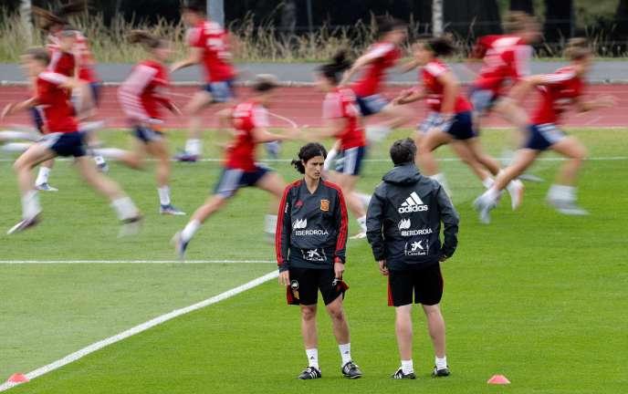 Le coach Jorge Vilda (à droite) et Montse Tomé, qui le seconde,à l'entraînement avant Espagne-Chine, au Havre, le 15 juin.