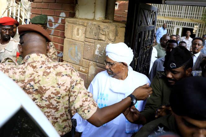 L'ancien président soudanais Omar Al-Bachir quitte le bureau du procureur chargé de la lutte contre la corruption, à Khartoum, le 16 juin 2019.
