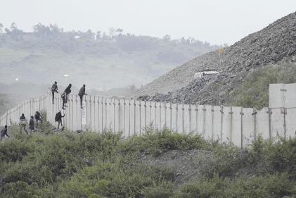 Des pilleurs tentent d'entrer dans la mine d'or de Mara-Nord,en Tanzanie, le 23 mai 2019.