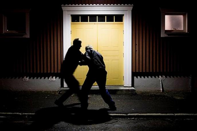 Des hommes se battant dans la rue.