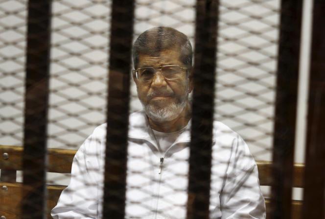 L'ancien président égyptien Mohamed Morsi, lors de son procès au Caire, le 8 mai 2014.