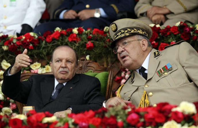 Le général Ahmed Gaïd Salah aux côtés du président déchu Abdelaziz Bouteflika, à Cherchell, en Algérie, en juin 2012.