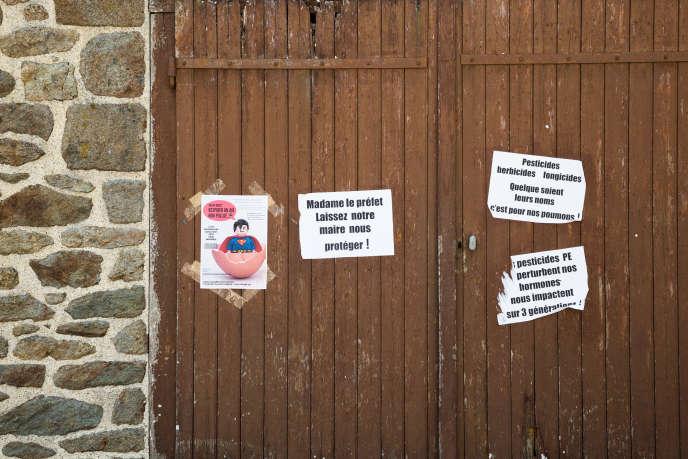 Des affiches soutenant l'arrêté de Daniel Cueff, qui interdit l'usage des pesticides à moins de 150mètres des habitations.