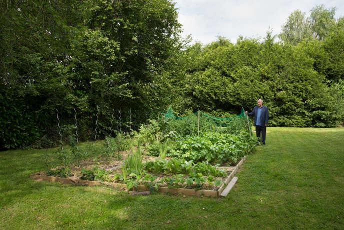 Daniel Cueff dans son jardin en permaculture.
