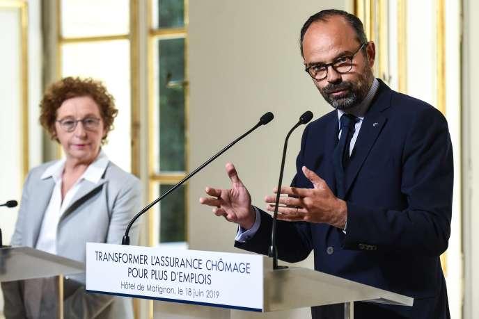 Le premier ministre Edouard Philippe devant la ministre du travail Muriel Pénicaud, lors de la présentation de la réforme de l'assurance-chômage, à l'hôtel Matignon, le 18 juin.