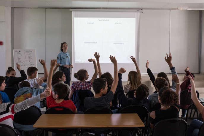 La maréchale des logis-chef Sonia Verrier, vendredi 24mai, lors d'une intervention dans une classe de quatrième du collège Saint-Joseph à Savenay (Loire-Atlantique).