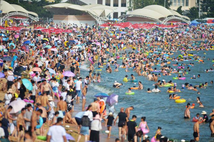 Une plage surpeuplée à l'est de la Chine, en juillet 2018.