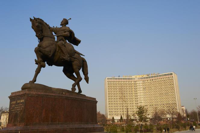 Statue de Tamerlan avec l'hôtel Ouzbékistan en arrière-plan, à Tachkent.