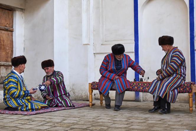 Des Ouzbeks en chapan, habit traditionnel, à Boukhara.