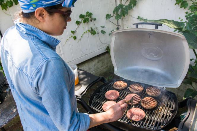 Le barbecue Q 2200 de Weber peut griller plus de hamburgers que nous le pensions.