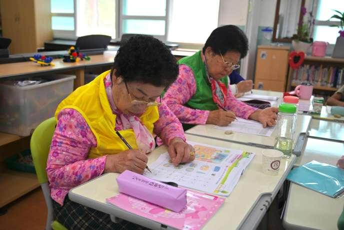 En raison du vieillissement rapide de la population et de l'exode rural, les établissements primaires des campagnes sud-coréennes font face à une pénurie d'écoliers. Pour éviter les fermetures de classes, certaines écoles ciblent désormais les grands-mères illettrées.