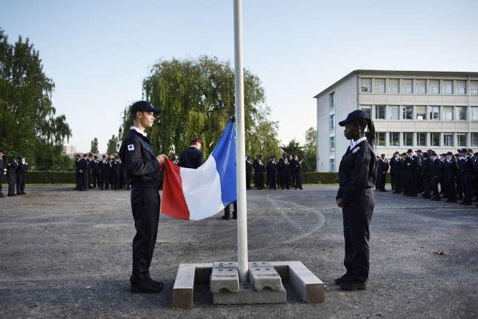 Descente du drapeau au premier jour du service national universel, à Evreux (Eure), le 17 juin.