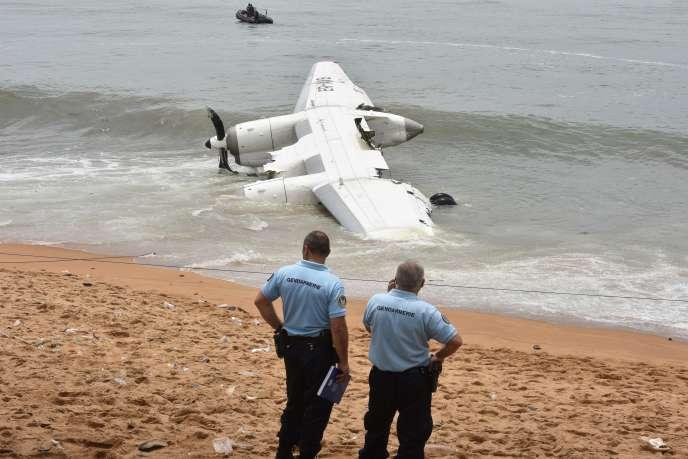 Débris d'un Antonov affreté par l'armée française sur une plage de Côte d'Ivoire. Le crash a fait quatre morts et six blessés, en octobre 2017.