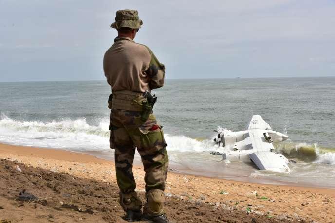 Un soldat français sur la plage de Port-Bouët, à Abidjan (Côte d'Ivoire), devant les débris d'un Antonov affreté par l'armée française dans le cadre de l'opération «Barkhane», etdont le crash a fait quatre morts et six blessés, le 14 octobre 2017.