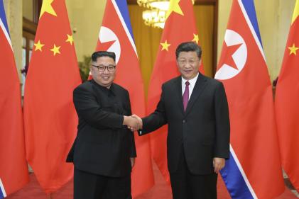 Le dirigeant nord-coréen Kim Jong-un (à gauche) et le président chinois Xi Jinping lors d'une rencontre à Pékin, le 19 juin 2018.