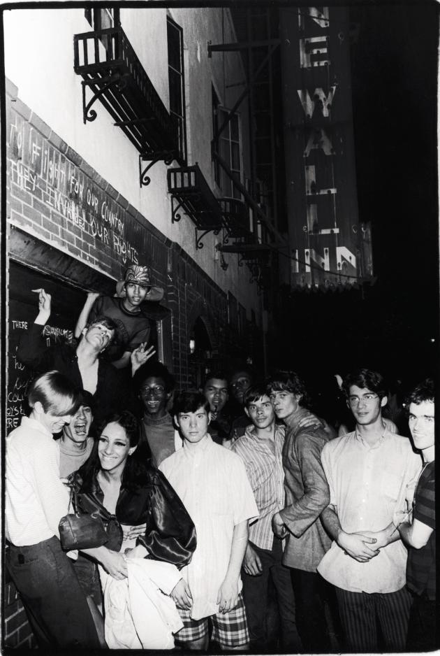 Fin juin 1969: des manifestants se rassemblent spontanément devant le Stonewall Inn, au 53 de la Christopher Street, au cœur de Greenwich Village, après les émeutes du week-end.
